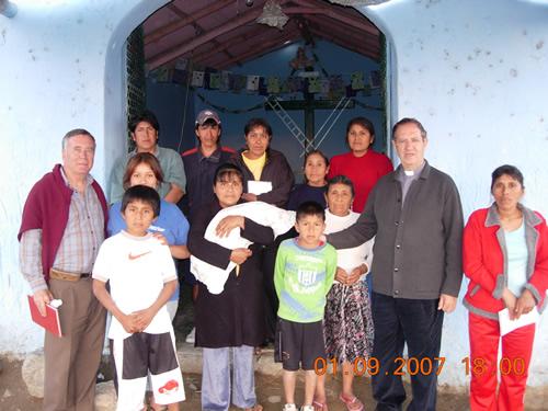 Monseñor Rafael con una familiaa pobre
